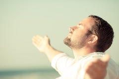 Красивый человек наслаждаясь жизнью на пляже Стоковое фото RF
