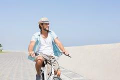 Красивый человек на езде велосипеда Стоковые Изображения