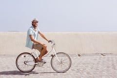 Красивый человек на езде велосипеда Стоковое Фото