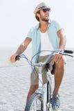 Красивый человек на езде велосипеда Стоковая Фотография