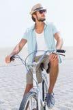 Красивый человек на езде велосипеда Стоковая Фотография RF