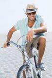 Красивый человек на езде велосипеда Стоковое Изображение
