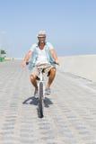 Красивый человек на езде велосипеда Стоковые Фото