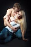 Красивый человек обнимая женщину изолированная съемка стоковое изображение