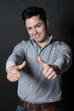 Красивый человек показывает 2 большого пальца руки вверх Стоковое Изображение RF