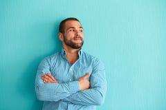 Красивый человек полагаясь против стены Стоковое Изображение RF