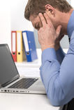 Красивый человек под стрессом, усталостью и головной болью Стоковые Фотографии RF