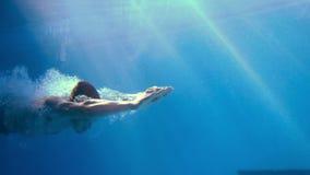 Красивый человек плавая под водой видеоматериал
