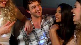 Красивый человек разговаривая с женщинами в ночном клубе видеоматериал