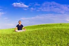 Красивый человек размышляя на поле Стоковое Изображение