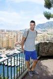 Красивый человек смотря гавань Монте-Карло в Монако Azure свободный полет Стоковая Фотография RF