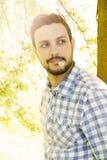 Красивый человек снаружи с маргариткой в его рте Стоковая Фотография RF