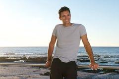 Красивый человек среднего возраста усмехаясь морским путем стоковые фото