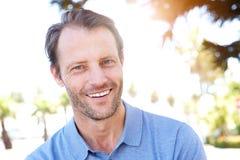 Красивый человек среднего возраста усмехаясь outdoors стоковые фотографии rf