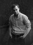 Красивый человек стоя близко стена Стоковые Фото
