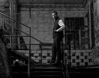 Красивый человек стоя на лестнице Стоковая Фотография RF