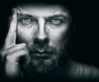 Красивый человек с бородой и красивыми глазами стоковые фото
