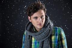 Красивый человек с вьющиеся волосы с снегом Стоковое Фото