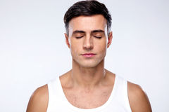 Красивый человек с закрытыми глазами Стоковое Изображение RF