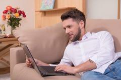 Красивый человек с компьютер-книжкой Стоковая Фотография