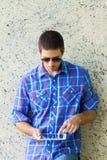 Красивый человек с цифровой таблеткой стоковое изображение rf