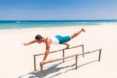 Красивый человек фитнеса на пляже стоковые фото