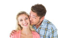 Красивый человек целуя подругу на щеке Стоковое фото RF