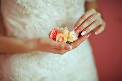 Красивый чувствительный букет свадьбы цветка с белыми и розовыми розами в руках невесты, утре невесты Стоковые Фотографии RF