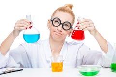 Красивый шальной химик биолога с пробирками думает Стоковое Изображение RF