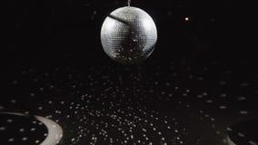 Красивый шарик диско закручивая на черную предпосылку видеоматериал
