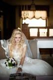 Красивый шикарный стильный получать невесты подготовил в утре стоковые фотографии rf