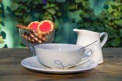 Красивый широкий кувшин чашки и молока на таблице Стоковое Изображение RF