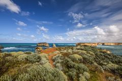 Красивый широкоформатный взгляд береговой линии на заливе островов вдоль большой дороги океана Стоковая Фотография