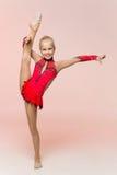 Красивый шпагат тренировки гимнаста девушки Стоковое Изображение