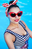Красивый штырь вверх по девушке около бассейна Стоковая Фотография