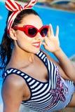 Красивый штырь вверх по девушке около бассейна Стоковое Изображение RF