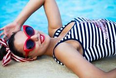 Красивый штырь вверх по девушке около бассейна Стоковое Изображение