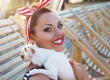 Красивый штырь вверх по девушке с щенком около бассейна Стоковое фото RF