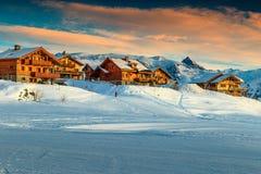 Красивый лыжный курорт в французских Альпах, Европа захода солнца и стоковое фото
