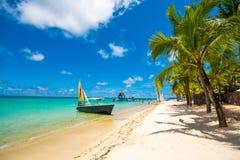 Красивый экзотический пляж в Trou вспомогательном Biches, Маврикии стоковая фотография