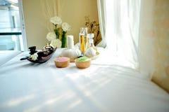 Красивый элемент курорта на белом поле ткани вызвал кресло стоковое изображение