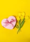 Красивый элегантный присутствующий подарок в форме сердца с свежим желтым цветом Стоковое Изображение