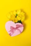 Красивый элегантный присутствующий подарок в форме сердца с свежим желтым цветом Стоковые Изображения RF