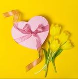 Красивый элегантный присутствующий подарок в форме сердца с свежим желтым цветом Стоковые Фото