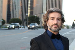 Красивый элегантный человек нося смокинг стоковое изображение rf