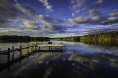 Красивый южный заход солнца отражая на спокойном озере Стоковая Фотография RF