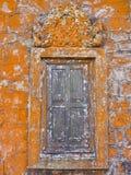 Красивый яркий оранжевый мох на старой каменной стене и деревянном окне виска Стоковое Изображение