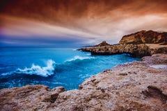 Красивый яркий сногсшибательный заход солнца на атлантическом побережье в Portug Стоковая Фотография RF