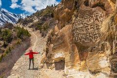 Красивый Backpacker путешественника женщины принимает деревню террасы горы остатков Представлять маленькой девочки имеет камеру п Стоковое Изображение