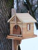 Красивый birdhouse в зиме на дереве стоковые изображения rf